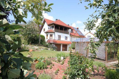 Gepflegtes Einfamilienhaus mit Einliegerwohnung auf einem 4514 m² großen Grundstück am Ortsrand, 72119 Ammerbuch-Poltringen, Einfamilienhaus