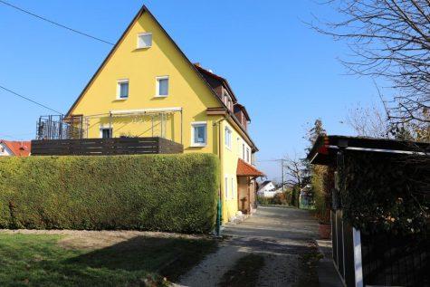 Charmantes Einfamilienhaus in Grenzbauweise mit Einliegerwohnung und schöner Aussicht, 72770 Reutlingen, Doppelhaushälfte