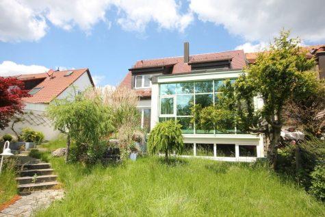 Einfamilienhaus in Grenzbauweise mit raffiniertem Wintergartenkonzept und XXL-Garage am Waldrand, 70597  Stuttgart, Doppelhaushälfte