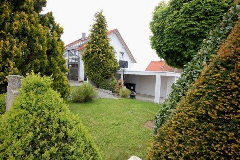 Einfamilienhaus in Grenzbauweise mit pfiffiger Architektur, Galerieambiente, Carport und Garage, 72766 Reutlingen, Doppelhaushälfte