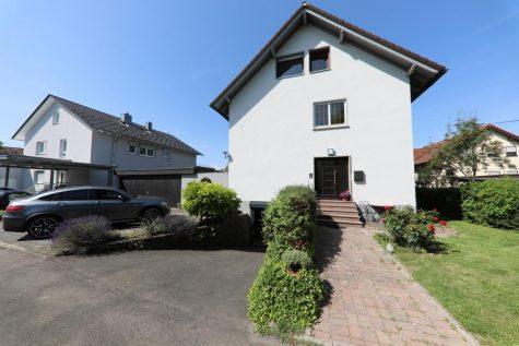 Sehr schönes Zweifamilienhaus mit Doppelgarage, zwei Balkonen, Terrasse und Pergola, 72770 Reutlingen, Zweifamilienhaus