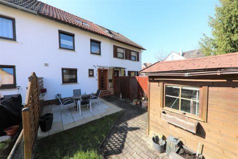Renoviertes Reihenmittelhaus mit Terrasse und Außenstellplatz in ruhiger Lage von Reutlingen, 72770 Reutlingen, Reihenmittelhaus