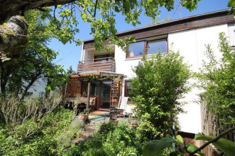 Einfamilienhaus in Grenzbauweise mit schönem Naturgartenambiente, Terrasse, Balkon und Garage, 72116 Mössingen-Bästenhardt, Doppelhaushälfte