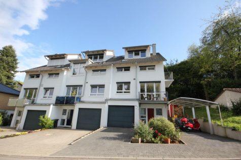 Reihenmittelhaus mit 6 Zimmern, 2 Bädern, Einbauküche, Kaminofen, Südterrasse, Balkon u. Garage, 72072 Tübingen, Reihenmittelhaus